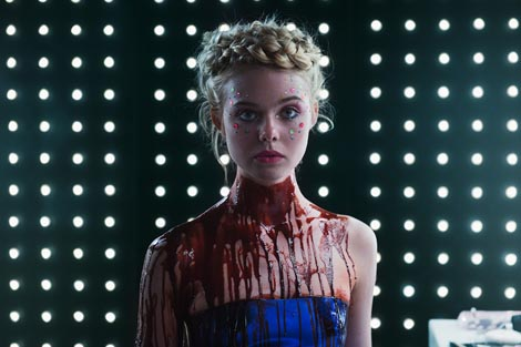 Neonski demon (The Neon Demon), red. Nicolas Winding Refn