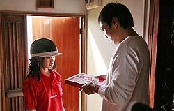 omnibus Tokyo! (Tôkyô!), epizoda Shaking Tokyo, red. Joon-ho Bong