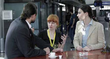 na snimanju filma Vidimo se u Sarajevu, red. Vanja Sviličić; redateljica (u sredini) s glavnim glumcima